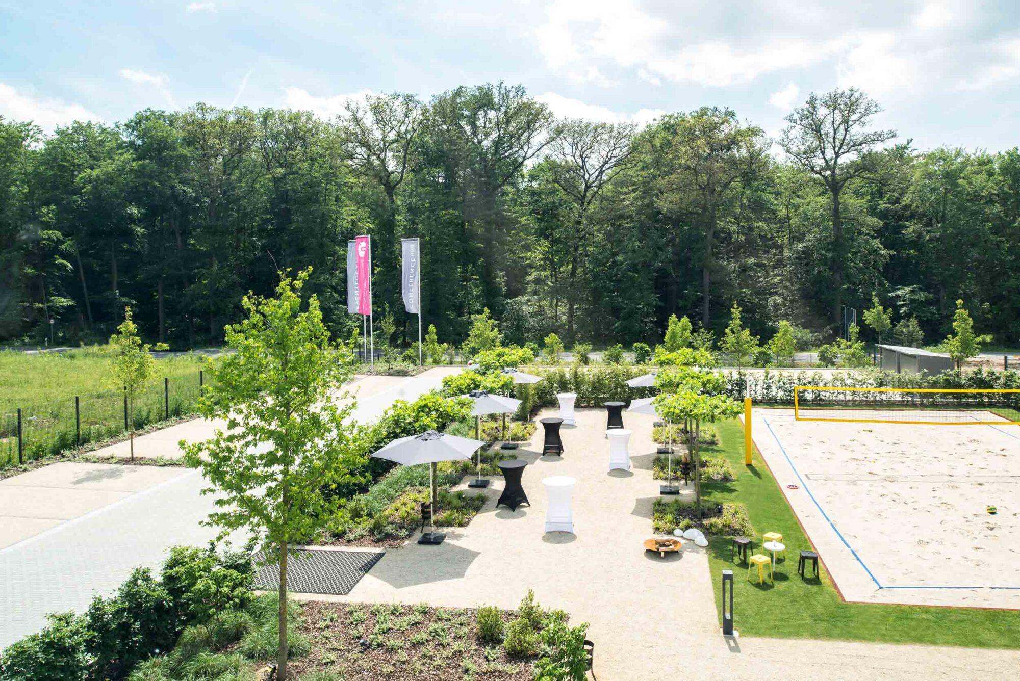PERCUMA Garten mit Beachvolleyballfeld